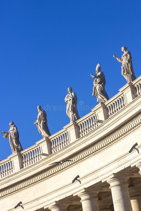 статуи Колоннада базилики ` s St Peter в Ватикане, Риме, Италии стоковые изображения rf