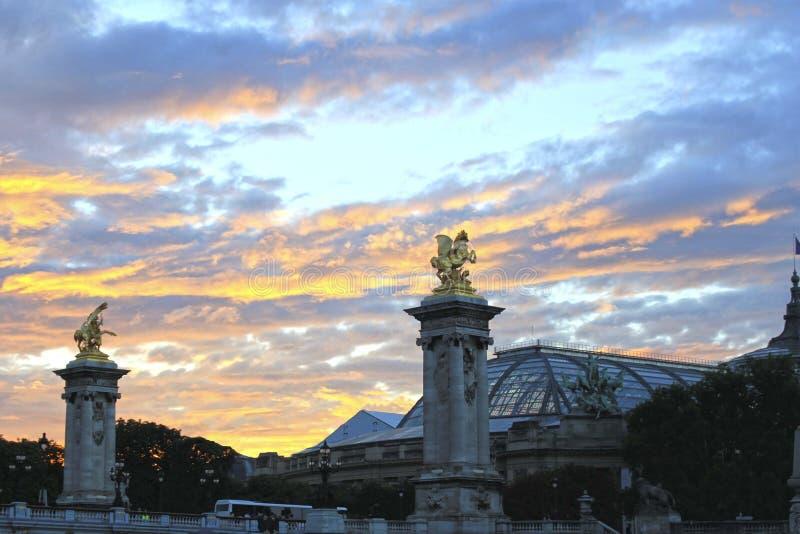 Статуи лошадей золота в их столбцах в Париже стоковое изображение