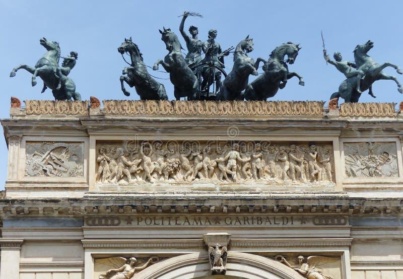 Статуи лошадей и наездников на верхней части дверь театра Politeama Палермо Сицилии Италия стоковые фотографии rf