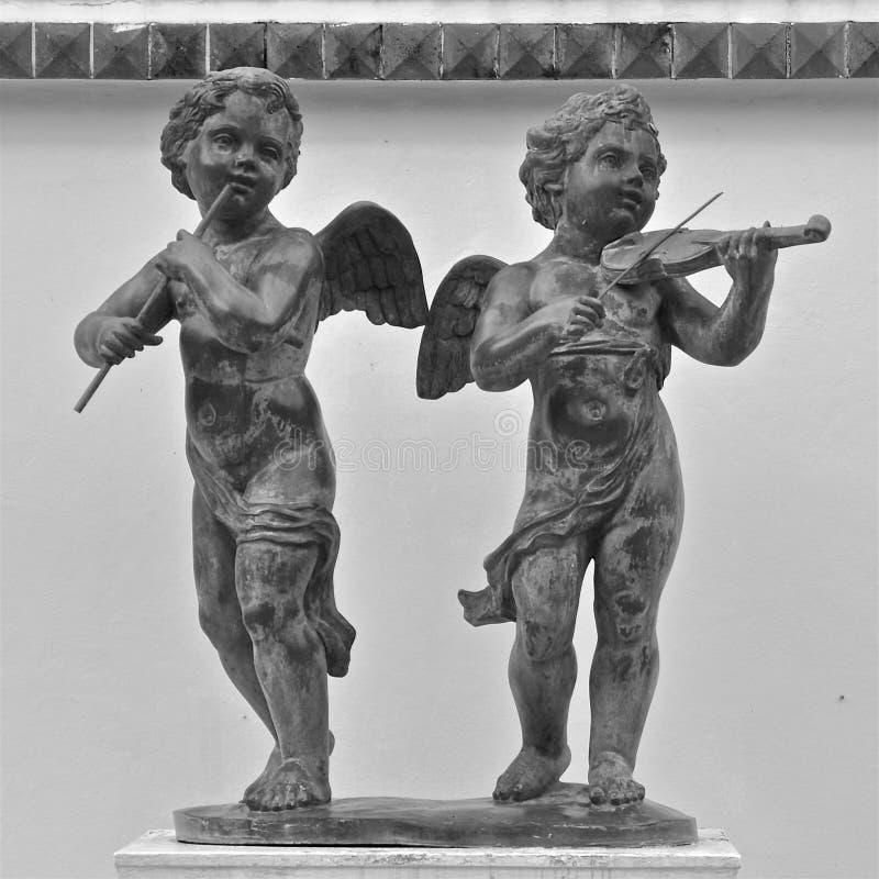 Статуи музыкантов херувима стоковые изображения rf