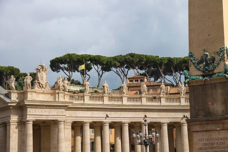 Статуи на колоннаде базилики St Peter Государство Ватикан, стоковые фотографии rf