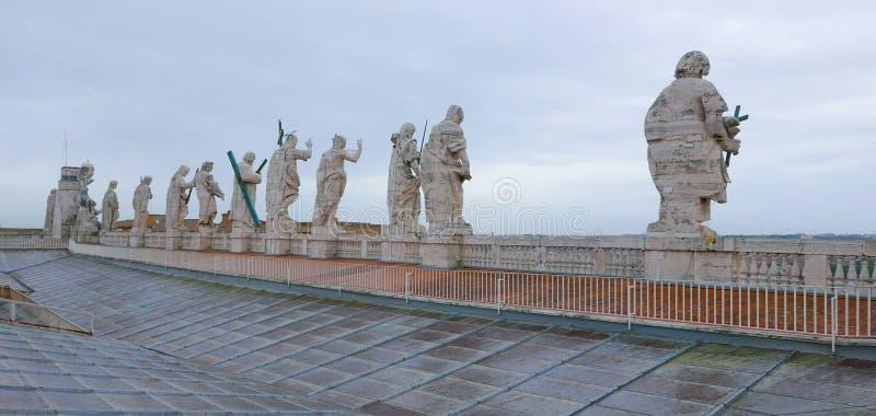 Download Статуи на крыше базилики St Peters в Риме наблюдая вниз к квадрату St Peters Стоковое Фото - изображение насчитывающей зодчества, прописно: 81807342