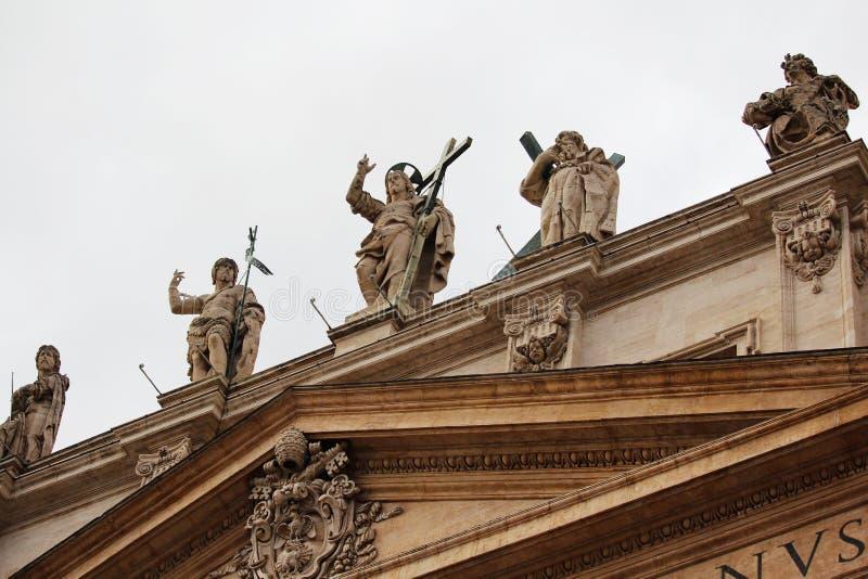 Статуи на fronton, Риме, Италии стоковые изображения
