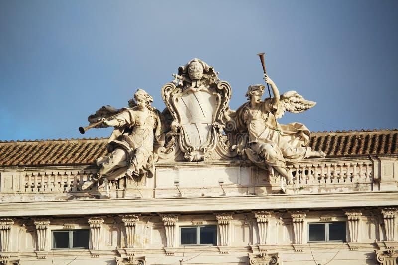 Статуи на fronton, Риме, Италии стоковая фотография rf