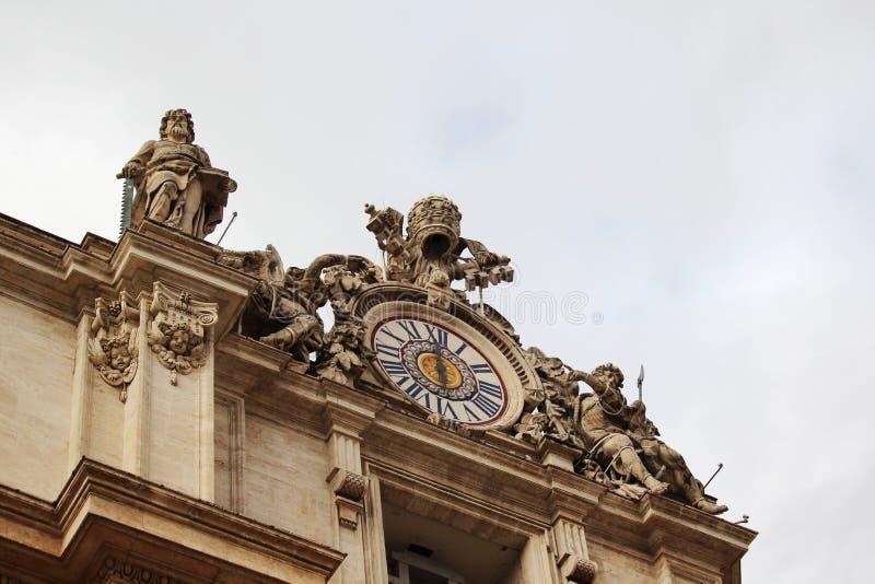 Статуи на fronton, Риме, Италии стоковые изображения rf