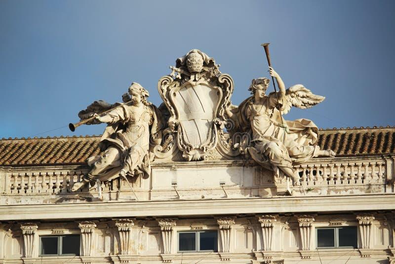 Статуи на fronton, Риме, Италии стоковые фотографии rf