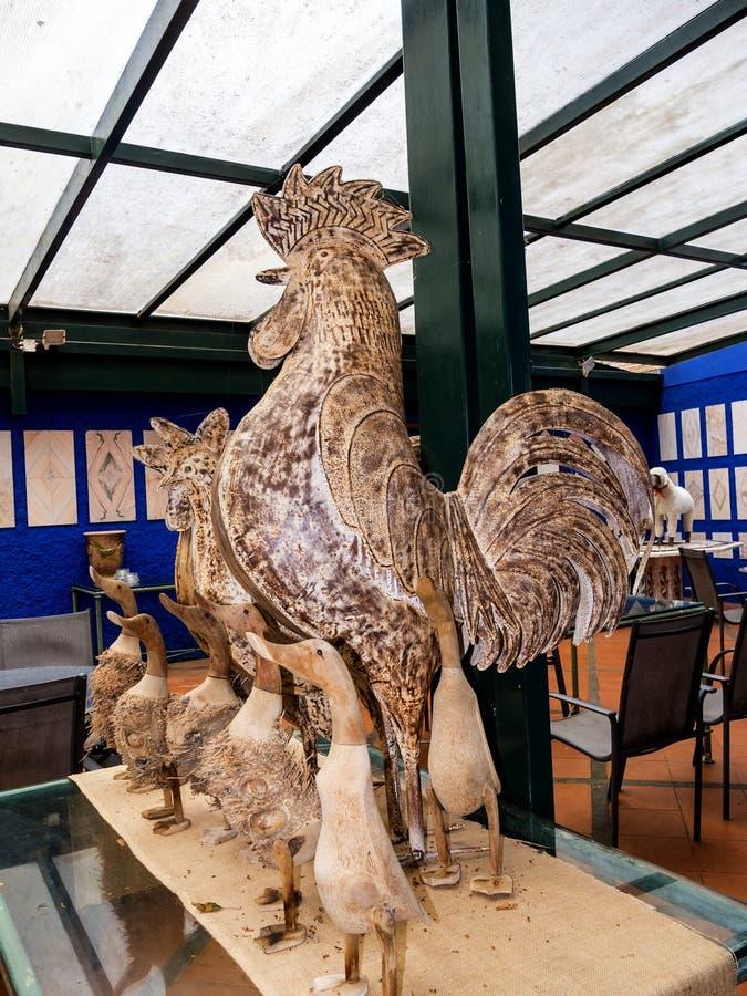 Статуи петуха и утки в тропическом саде на Monte над Фуншалом Мадейрой стоковая фотография