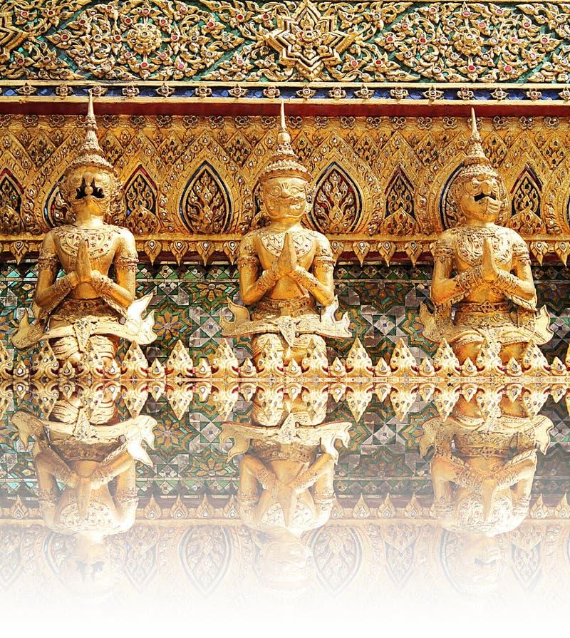 Статуи радетеля демона на Wat Phra Kaew стоковое фото