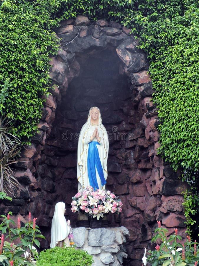 Статуи святых женщин в римско-католической церков стоковое изображение rf