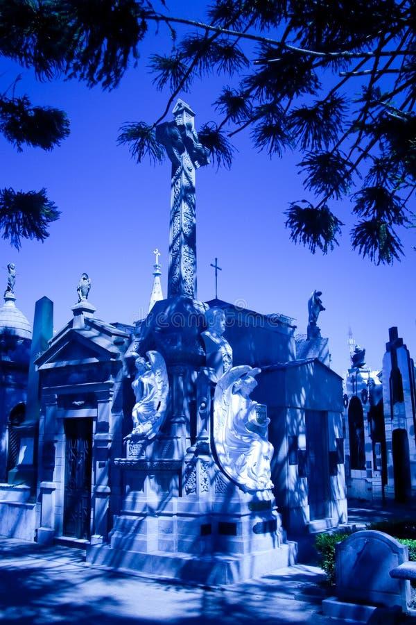 Статуи с мавзолеями в кладбище стоковая фотография