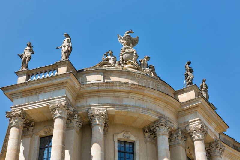Статуи университетской библиотеки Гумбольдта в Берлине, Германии, стоковые изображения