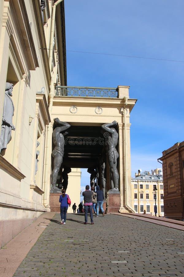 Статуи Atlantes в портике новой обители, Санкт-Петербурга, России стоковое фото