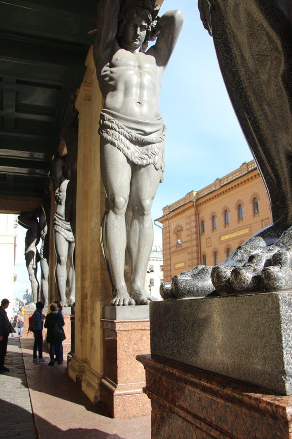 Статуи Atlantes в портике новой обители, Санкт-Петербурга, России стоковые фото