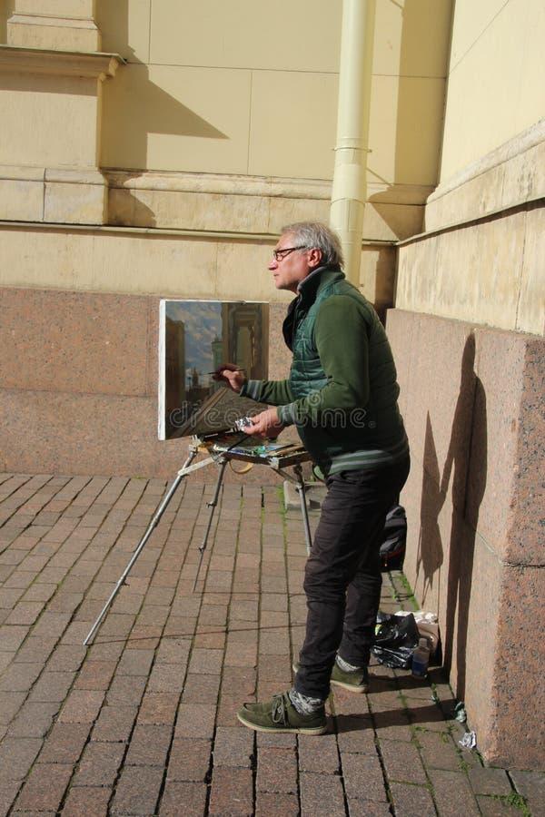 Статуи Atlantes в портике новой обители, Санкт-Петербурга, России стоковая фотография