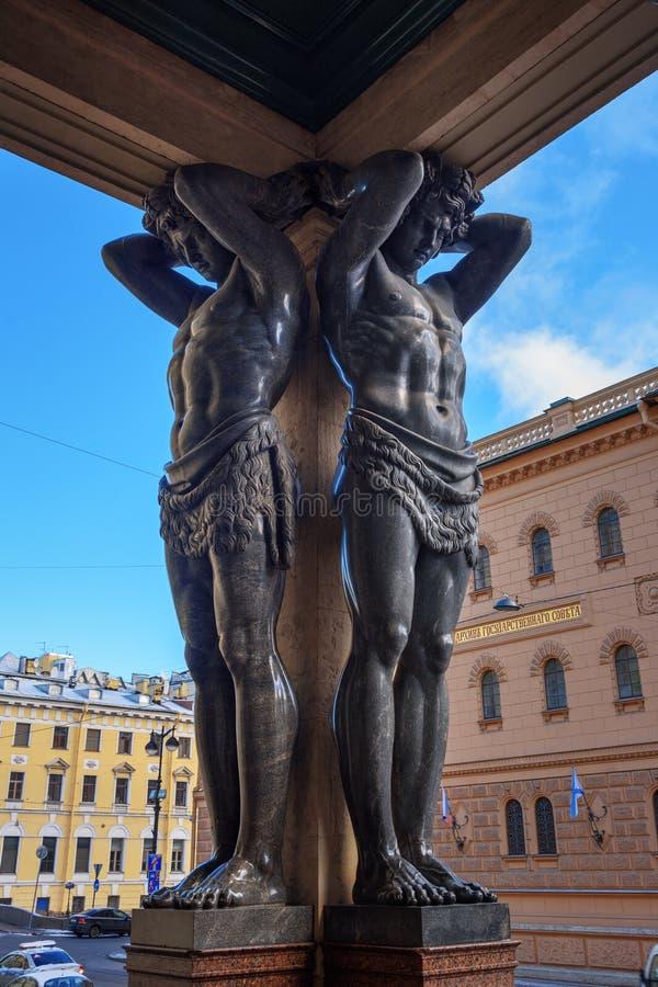 Статуи Atlantes на обители портика новой в Санкт-Петербурге, России стоковые изображения rf