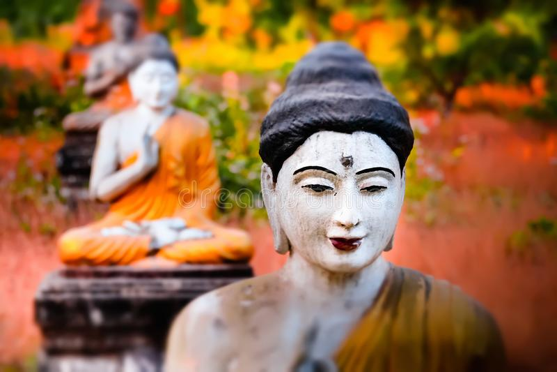 Статуи Buddhas серии в саде Loumani Будды Hpa-An, Мьянма стоковые изображения