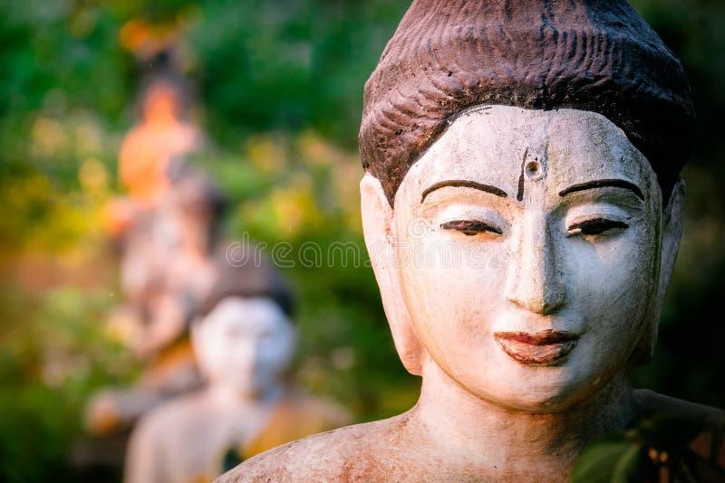 Статуи Buddhas серии в саде Loumani Будды Hpa-An, Мьянма b стоковые изображения rf