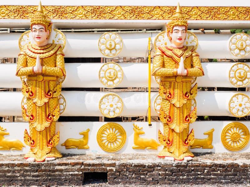 Статуи Deva или индусского стимула на тайском виске стоковые изображения rf