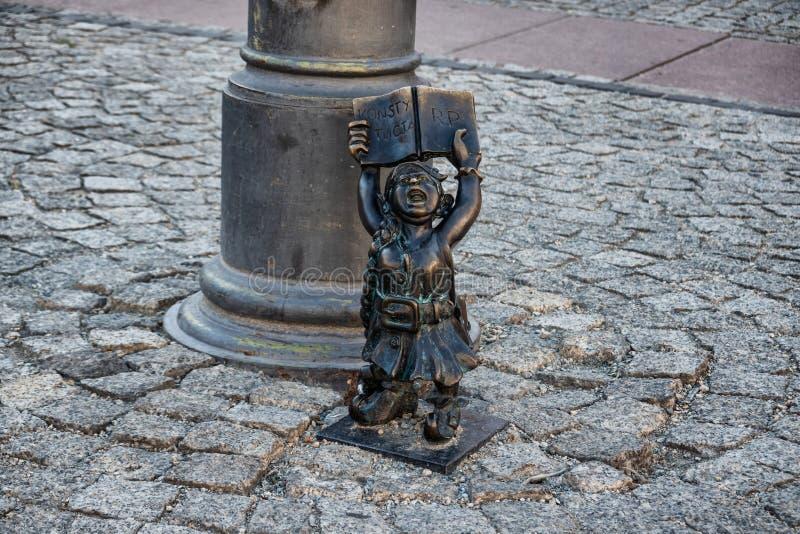 Статуи Elfs гномов малые в Wroclaw в Польше стоковая фотография