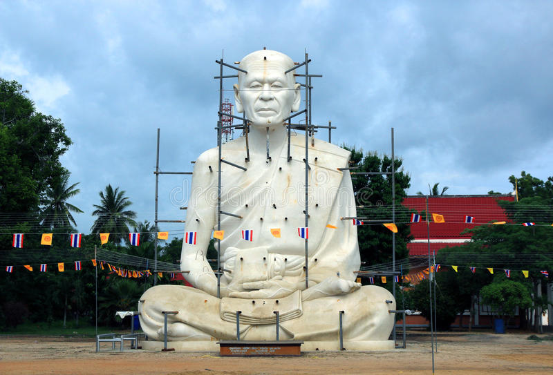 Статуи Loung Por Pearm стоковые изображения