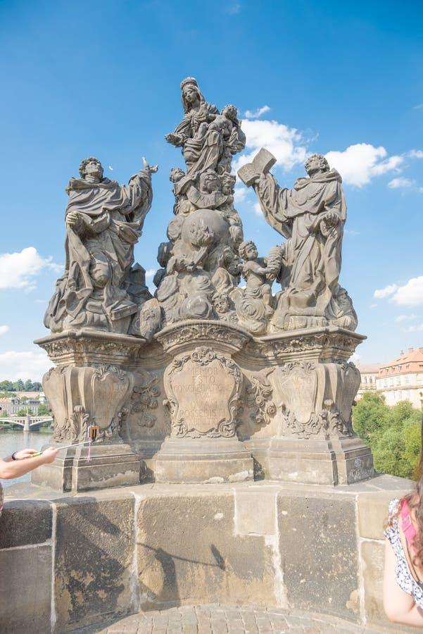 Статуи Madonna с St Dominic и St. Thomas Aquinas - Pra стоковые фото