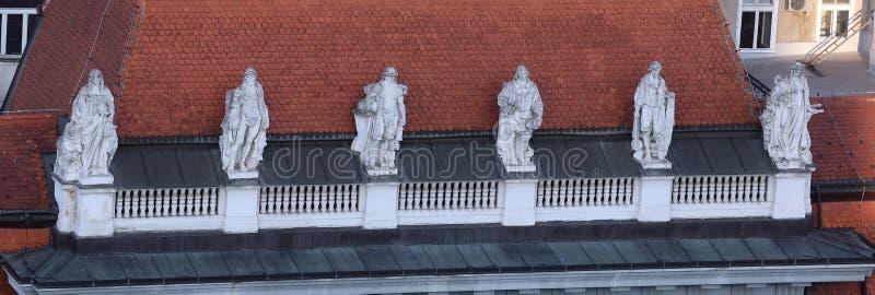 Статуи na górze старых зданий города на запрете Jelacic придают квадратную форму в Загребе стоковые фото