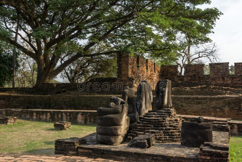 Статуи Wat Phra Si Sanphet безглавые стоковое фото rf