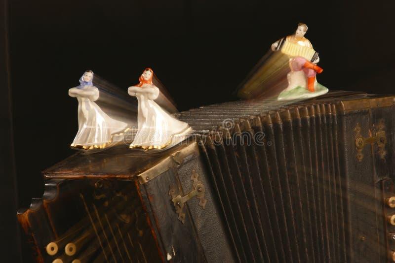 Статуэтки девушек и bayan-игрока танцев стоковые изображения rf