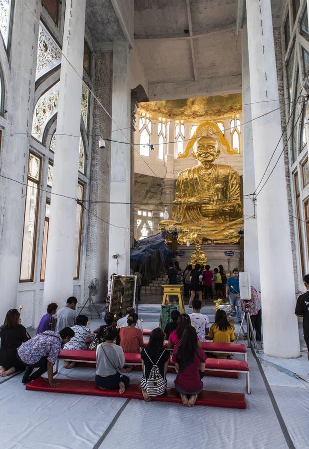 статуя ฺBronze Luang Pho Радиация выпускного вечера стоковое изображение