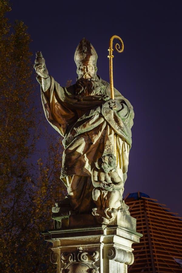 Статуя Августина Блаженного на Карловом мосте, Праге стоковые фотографии rf