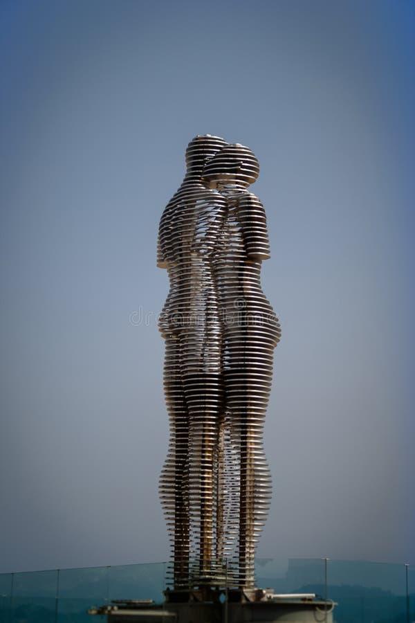 Статуя Али и Nino на обваловке Батуми Georgia, летучая мышь стоковое фото