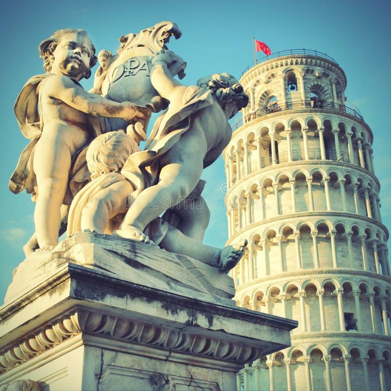 Статуя ангелов и башни склонности стоковое изображение rf