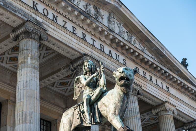 Статуя Анджела на льве на доме Берлине концерта, Gendarmenmarkt стоковые изображения rf