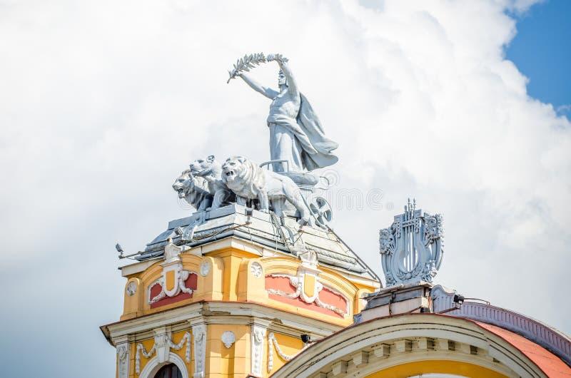 Статуя Аполлона на колеснице вытянула львами на здании национального театра Cluj Napoca барочном стоковая фотография