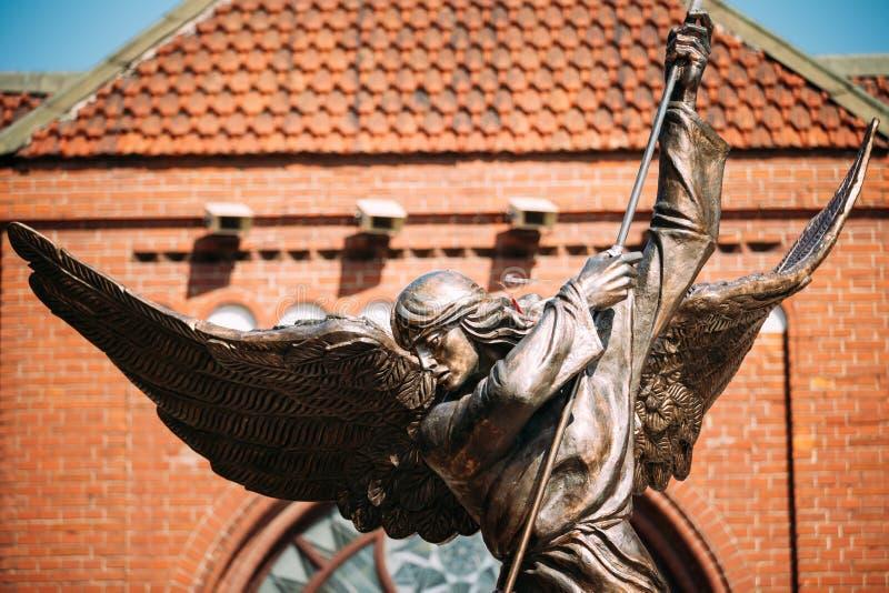 Статуя Архангела Майкл около красной католической церкви St Simon и Острова Св. Елена стоковые изображения
