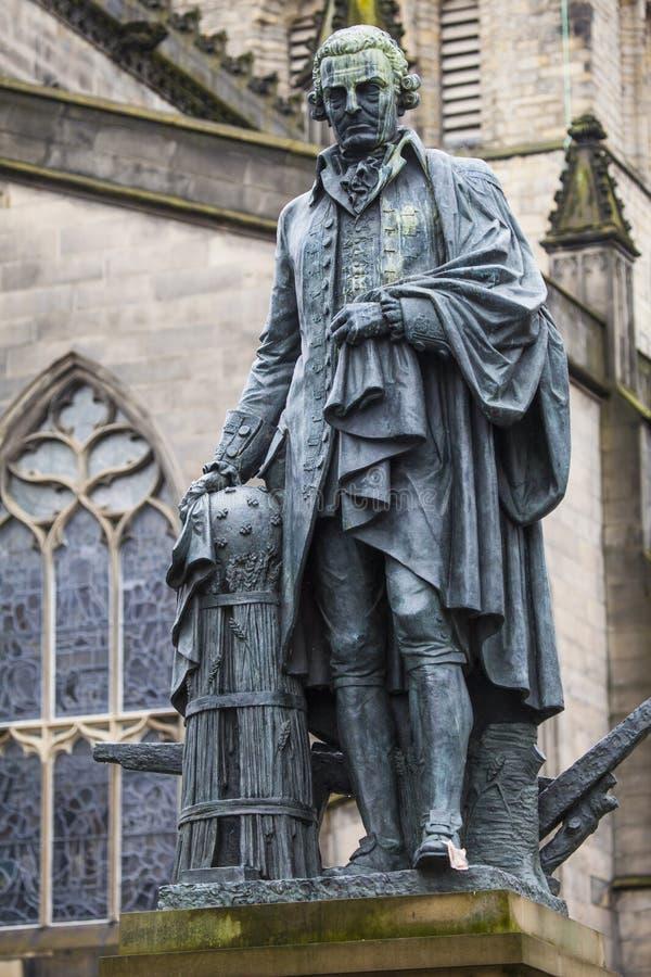 Статуя Адама Смита в Эдинбурге стоковая фотография rf