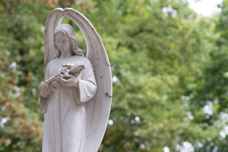 Статуя белого каменного ангела на кладбище в Варшаве стоковое изображение