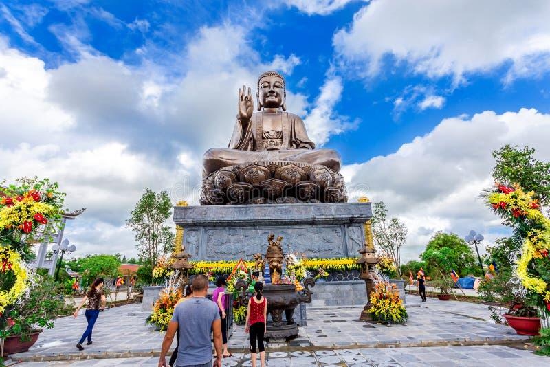Статуя бронзы Будды Shakyamuni в бегстве Thien Truong Truc стоковое изображение