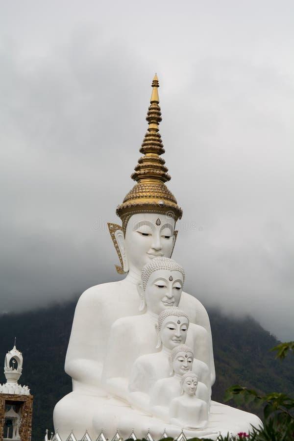 Статуя 5 Будда на голубом небе стоковая фотография rf