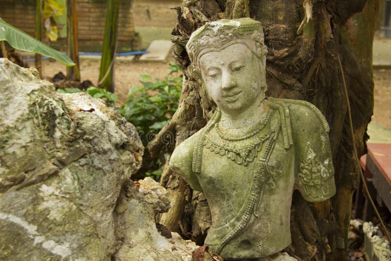 Статуя Будды Бодхисаттва На каменном полу под деревом в ватпаньянантараме в Хлонг Хок, Таиланд стоковая фотография