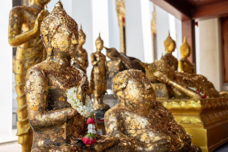 Статуя Будды в различных позициях внутри виска стоковые фото