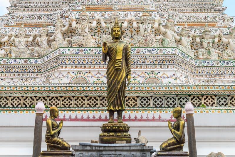 Статуя Будды и статуи учеников на Wat Arun стоковые изображения