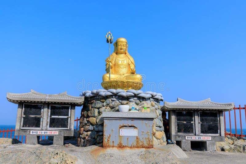 Статуя Будды на виске Haedong Yonggungsa в Пусане стоковое изображение