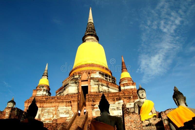 Статуя Будды на дне старой пагоды на предпосылке голубого неба на Wat Yai Chaimongkol, Ayutthaya, Таиланде стоковые изображения rf
