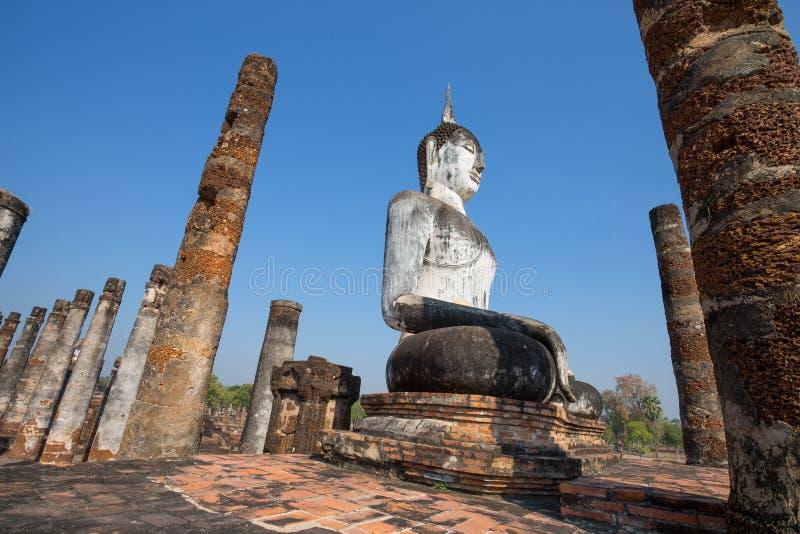 Статуя Будды на Wat Mahathat в парке Sukhothai историческом, Таиланде стоковая фотография rf