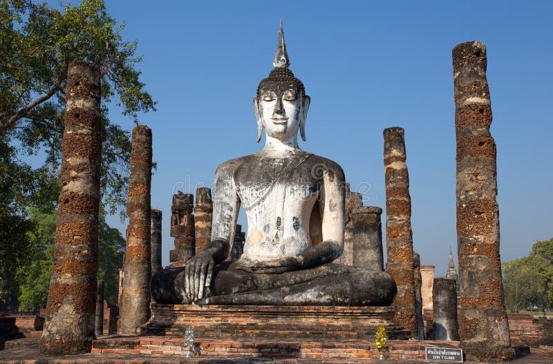 Статуя Будды на Wat Mahathat в парке Sukhothai историческом, Таиланде стоковые изображения rf