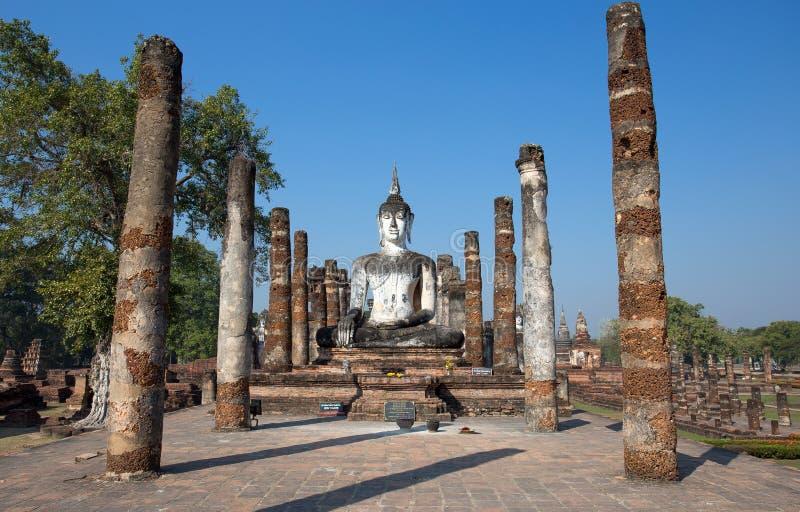 Статуя Будды на Wat Mahathat в парке Sukhothai историческом, Таиланде стоковая фотография