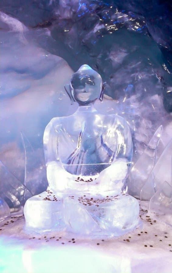Статуя Будды сделанная из льда предусматриванного в монетках для удачи внутри грота ледника ofa стоковое фото rf