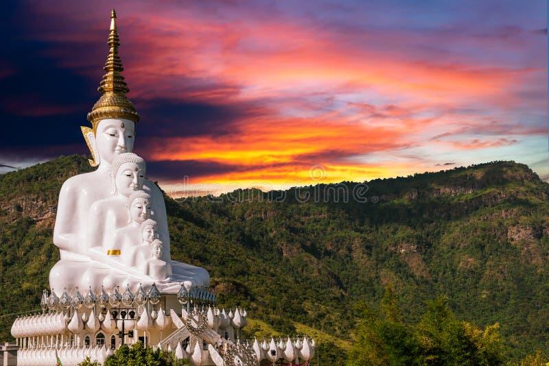 Статуя Будды с красочным небом стоковые фотографии rf
