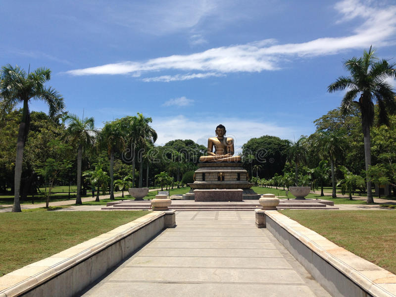 Статуя Будды в парке Коломбо Viharamahadevi стоковые фотографии rf